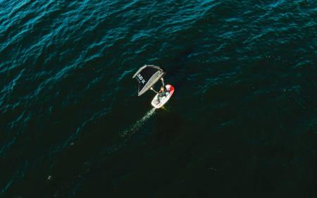 WINGFOIL: En av de fascinerende kvalitetene til wingfoiling er hvor lite vind du trenger for å fly. Allerede etter 5-6 sekundmeter er Christian Juell oppe på vingen. Bilde: Christian Nerdrum
