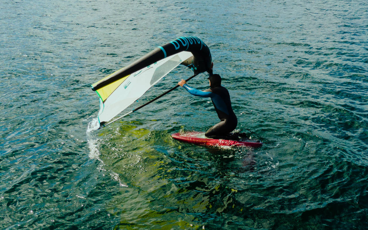Begynner du på et lite brett, kan det å komme seg opp på bena være en prøvelse. Start gjerne på en SUP eller et windsurfingbrett (gjerne med kjøl) for å få følelsen. Bilde: Christian Nerdrum