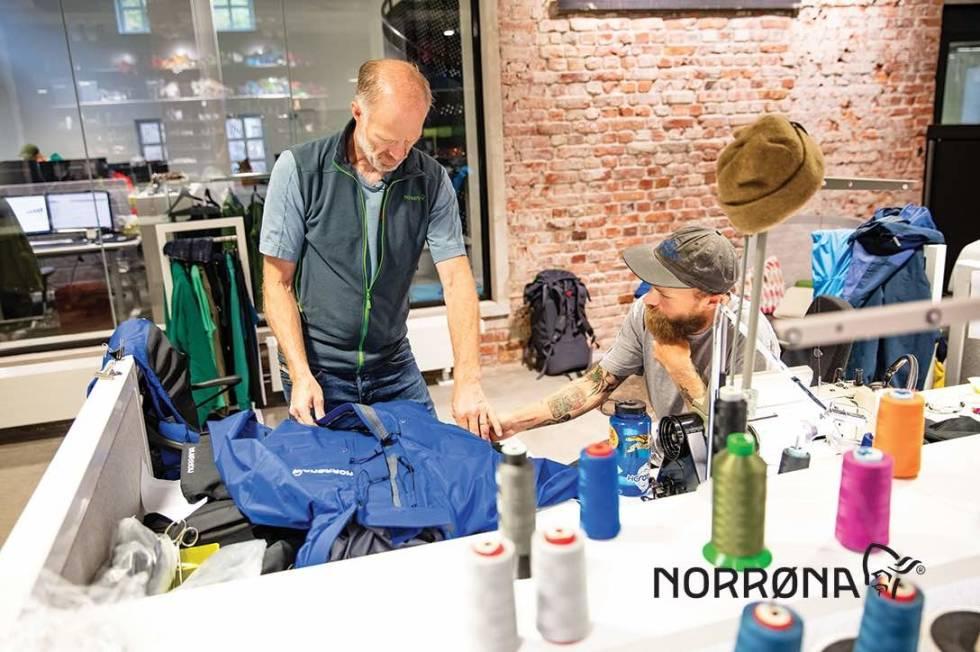 Børge Ousland får reparert jakken sin hos Norrøna. Foto: Norrøna