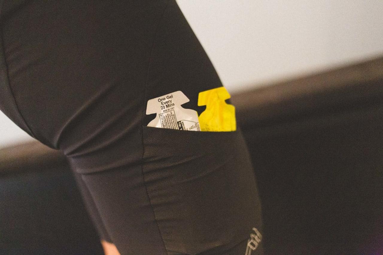 LETT Å NÅ: En shorts med lommer lett tilgjengelig kan gjøre det vesentlig enklere å få i seg næring uten å måtte ta hendene bak på ryggen.  Foto: Kristoffer H. Kippernes
