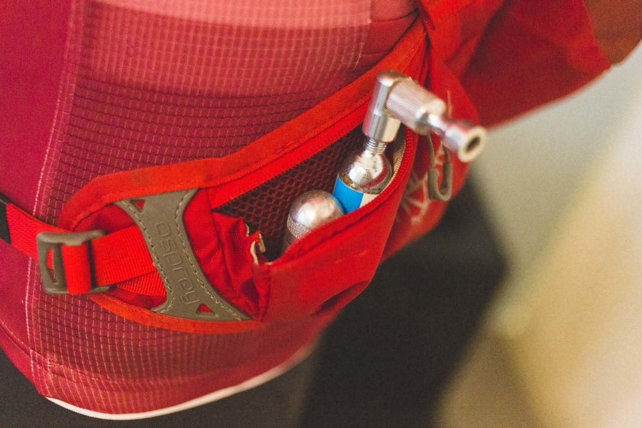 LETT TILGJENGELIG: Det hjelper ikke å ha med smart tilbehør hvis du bruker lang tid på å finne det fram. I lommene på hoftebeltet har Øyvind et pluggsett og gasspatron i tilfelle punktering. Foto: Kristoffer H. Kippernes