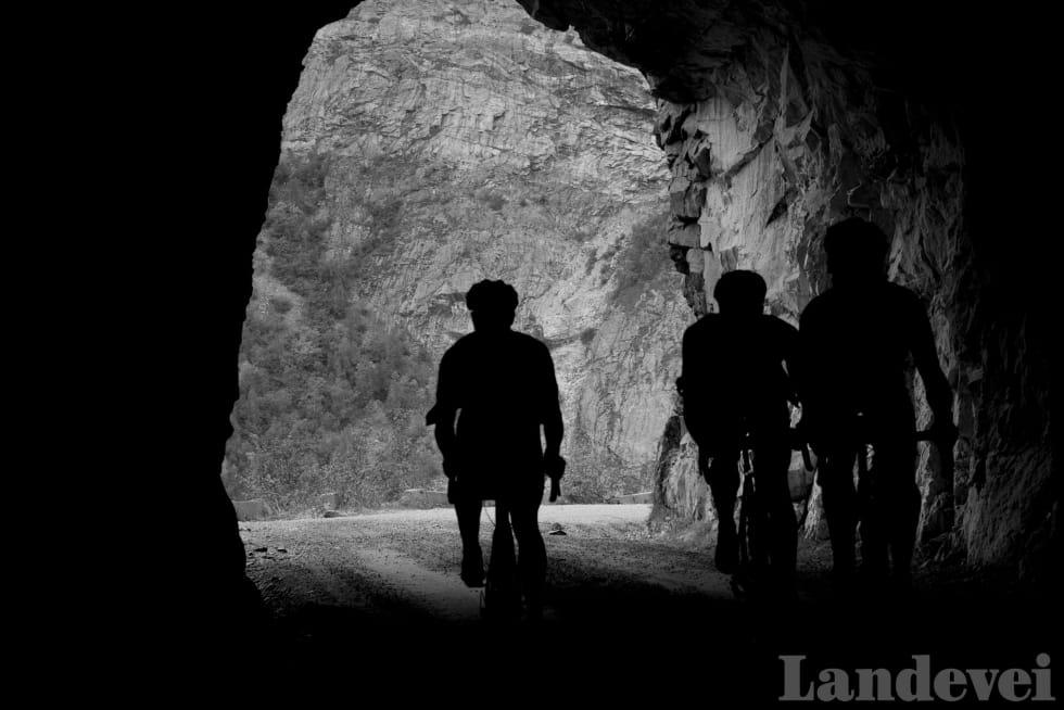 HELT RUNDT: I klatringen fra Eikesdalen skal du gjennom en 360-graders tunell. Ha lyset klart!