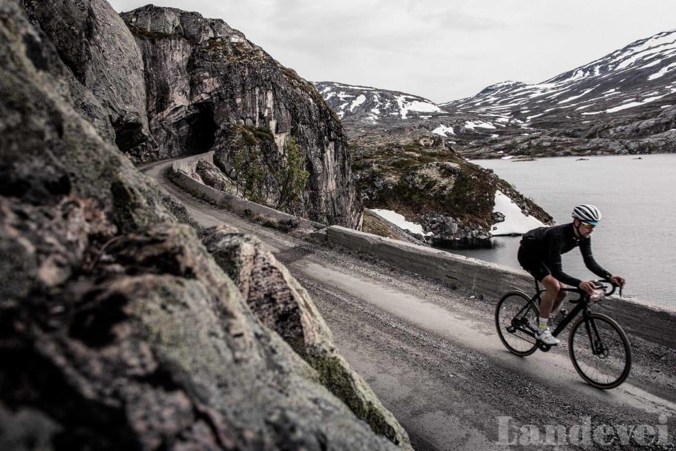 UT AV MØRKET: Den siste tunellen på turen finner du på starten av utforkjøringen ned mot Sunndalsøra.