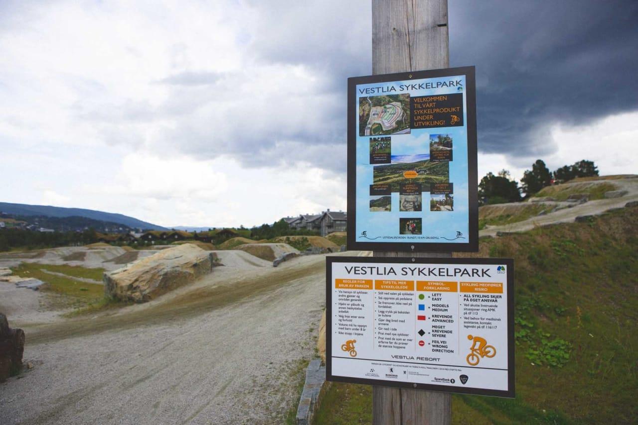 VELKOMMEN: Området er skiltet med informasjon. Foto: Kristoffer H. Kippernes