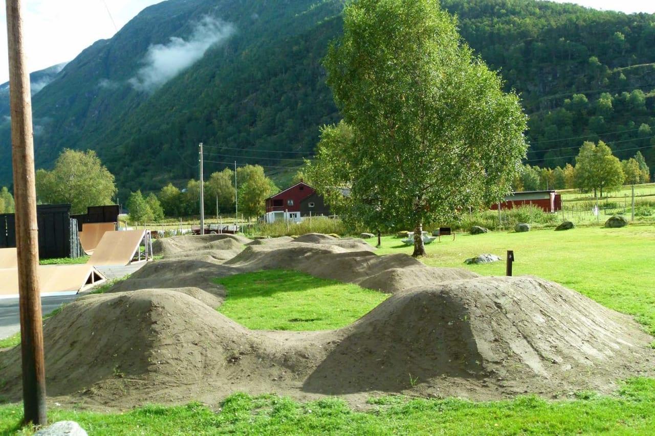HJULBASERT FRILUFTSLIV: Skatepark og pumptrack, og ikke minst mange fine muligheter for stisykling i området rundt Folven Camping.  Foto: Fred Syversen