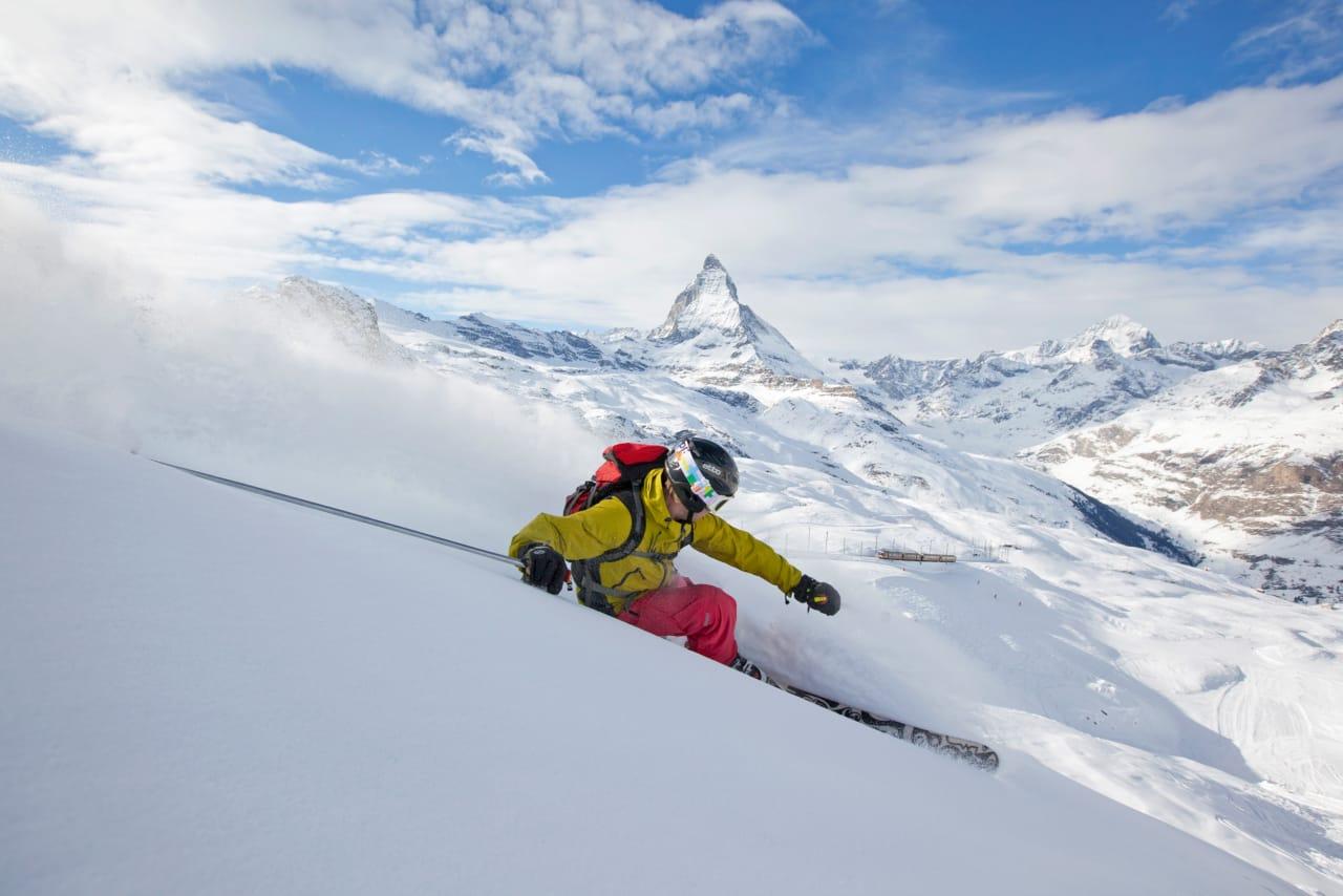 SLAKT OG FINT: Har du flaks med snøforholdene kan du kjøre slike svinger i Zermatt mens det fortsatt er sommersesong. Bratt er det ikke, men høstsnøen kan være både dyp og fin nesten 4000 meter over havet. Foto: Fredrik Schenholm