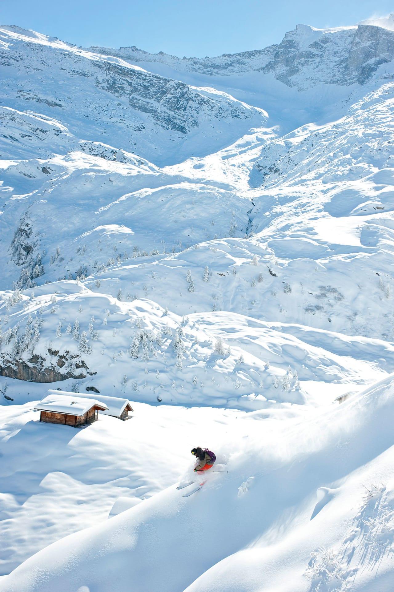 TERRENG: Vanligvis ligger Alpenes sommerskisentre på nokså flate breer, høyt over havet. Men med gondoler som frakter deg opp fra dalen er det store mengder kult frikjøringsterreng tilgjengelig med heis når det kommer snø. Også dette bildet er fra den legendariske oktoberdagen i fjor. Foto: Michael Neumann