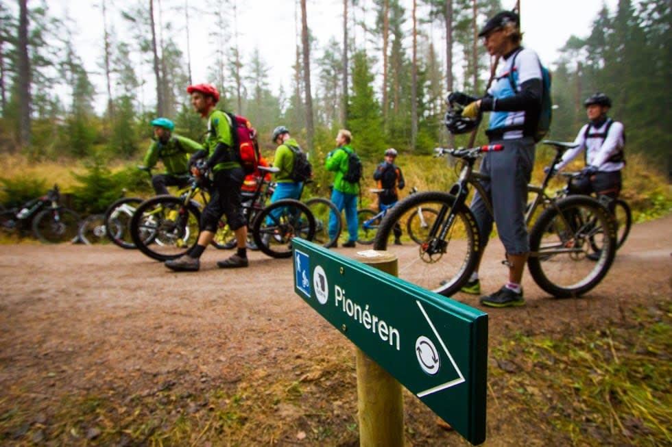 FØRSTE TEGN: Se etter dette skiltet når du sykler på grusen innover fra Rustadsaga. Foto: Snorre Veggan.