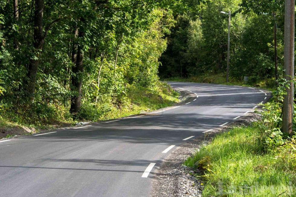 STIPLET: Bare et par kilometer med sykling fra Sandvika er veien smal og snoket.