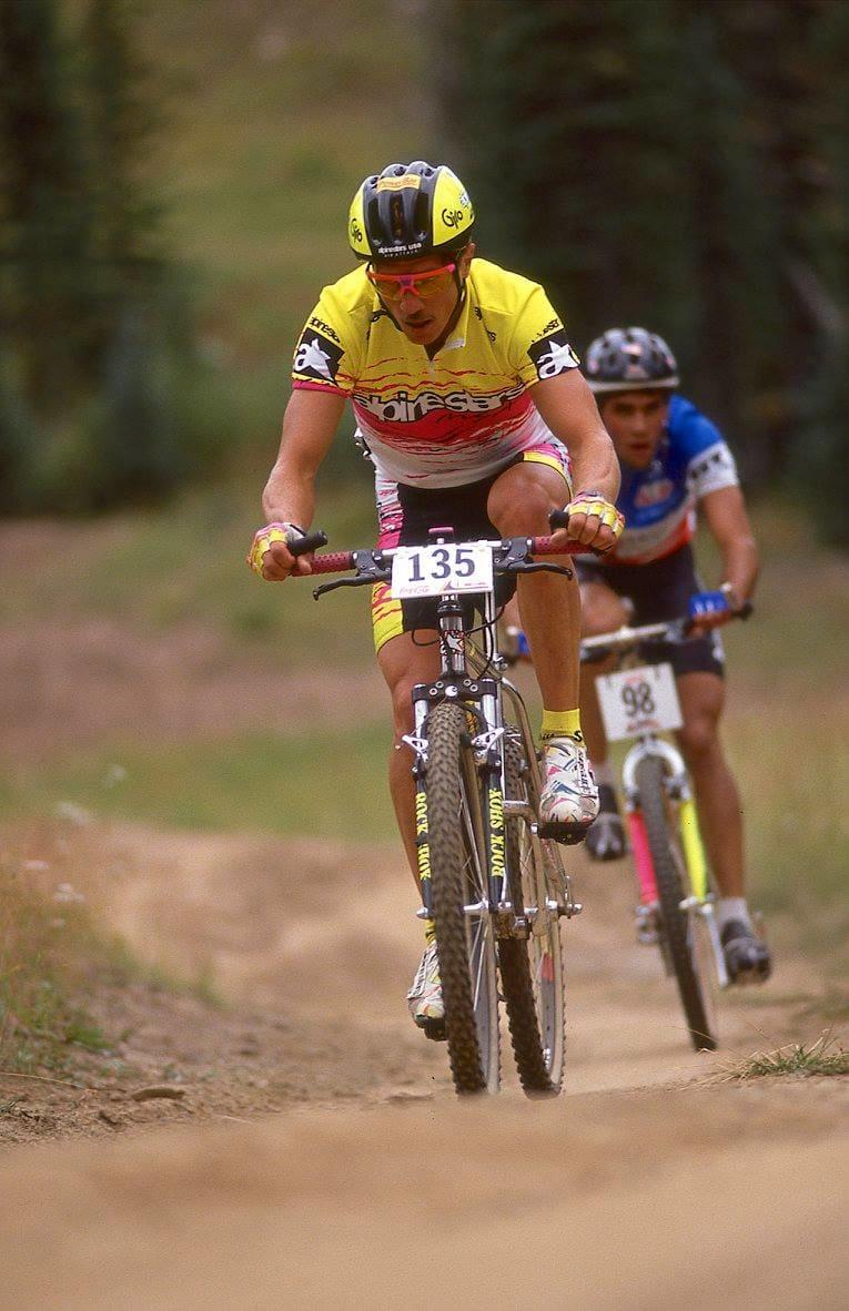 STILRYTTER: Mike Kloser syklet på alles drømmesykke på begynnelsen av 90-tallet - Alpinestars Al-Mega. Bak følger Rishi Greval.