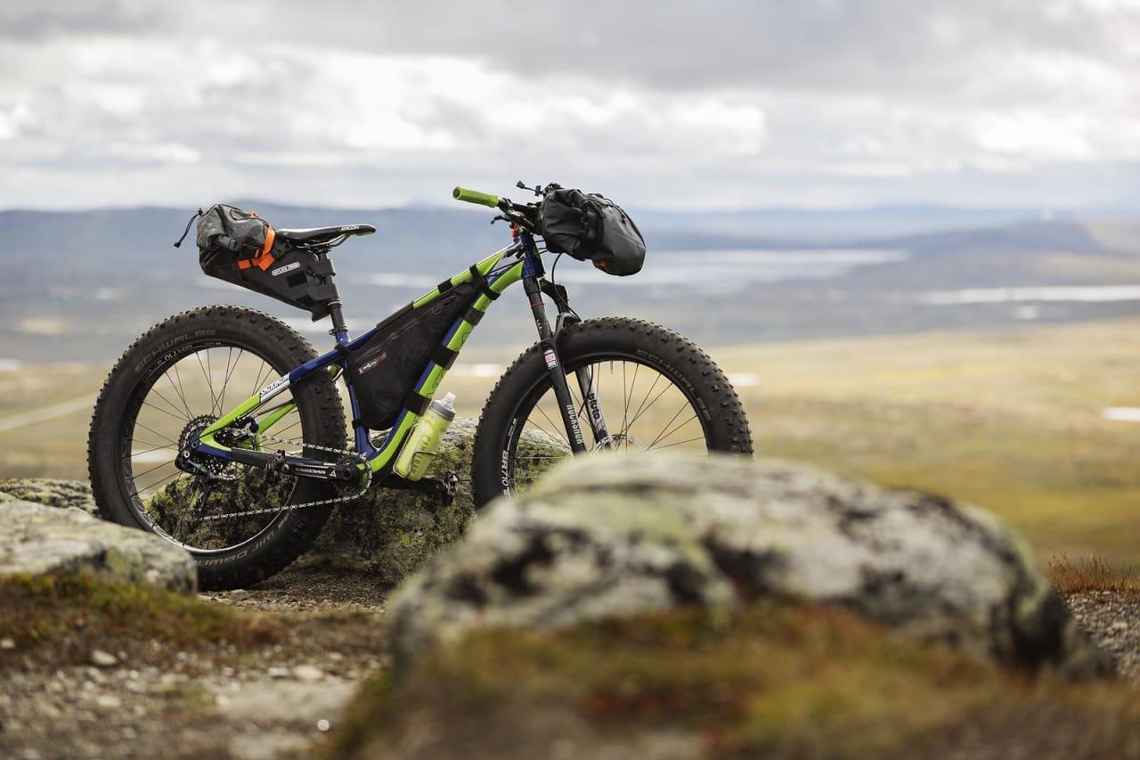 TURREDSKAP: Bikepacking kan alle drive med. Du bruker helt enkelt den sykkelen du har, om du ikke vil investere i en spesifikk sykkel til formålet. Her ser du en fatbike pakket opp til tur. Foto: Kristoffer H. Kippernes