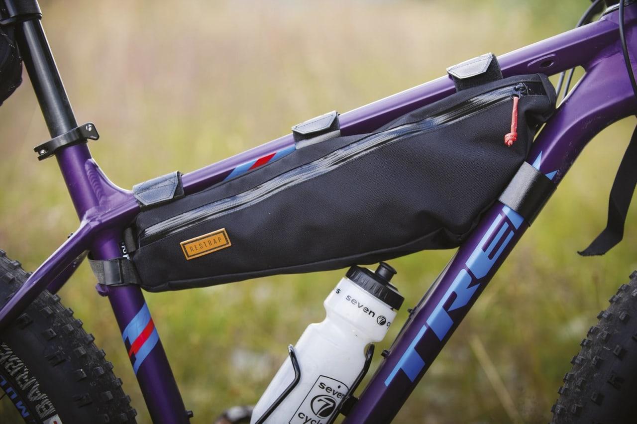 RAMMEBAG: Dette er kanskje den greieste vesken å investere i først. Den lar deg samle bagasjen i midten av sykkelen, slik at det ikke går nevneverdig ut over egenskapene til sykkelen. Foto: Sjur Melsås.