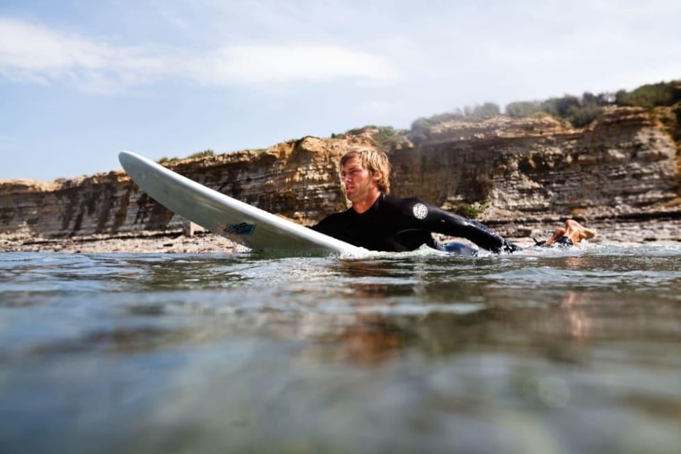 slik-padler-du-paa-surfbrett-christian-nerdrum