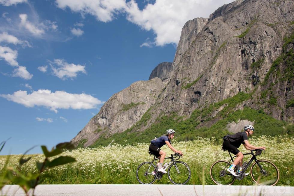 SOMMERLIG: Den første delen av turen blir syklet i skikkelig sommervær, før været forandrer seg i fjellene.