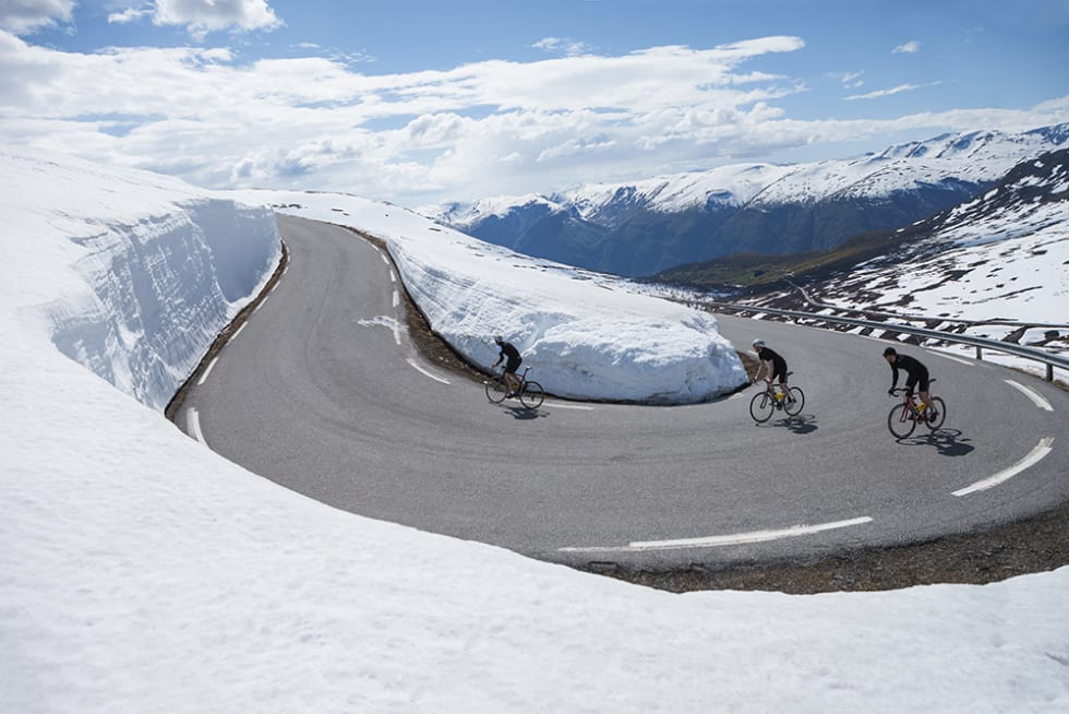 VÅTT OG TØRT: Klatringen over Aurlandsfjellet gikk over tørr asfalt, med mange meter høye brøytekanter.