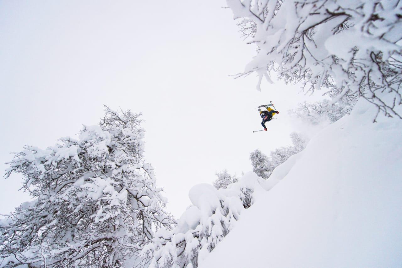 ÅPNER KONTOEN: Sondre Lindkjølen med årets første flip på årets første skidag. Foto: Sverre Hjørnevik
