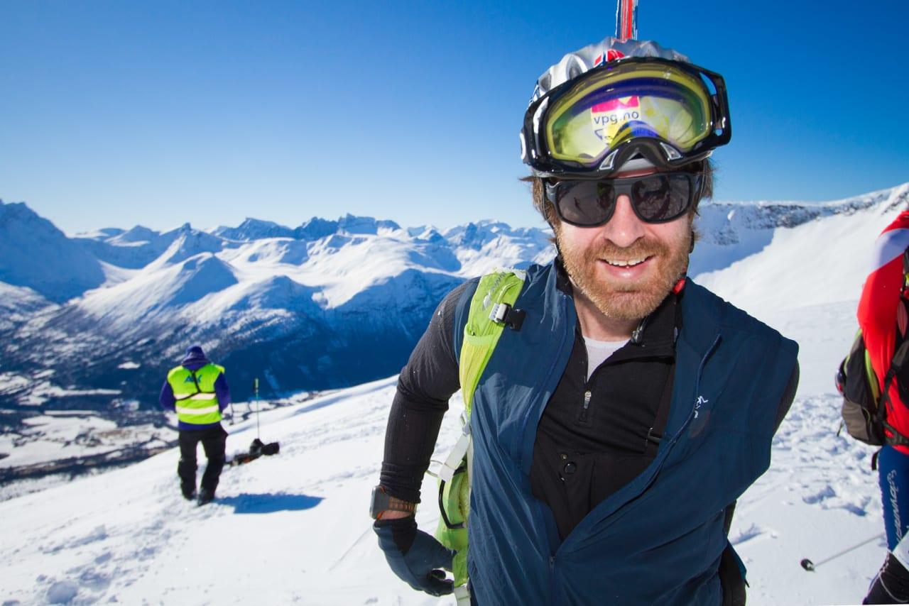 UTSENDT: UTEs Erlend Sande er ved godt mot på toppen av Galtåtind. Foto: Daniel Kvalvik