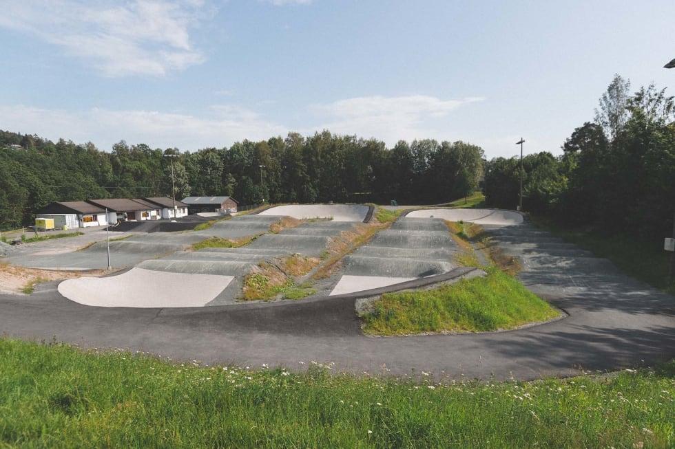GIGANTISK: Pumptracken (til venstre i bildet) blir liten sammenlignet med den store BMX-banen. Foto: Kristoffer H. Kippernes