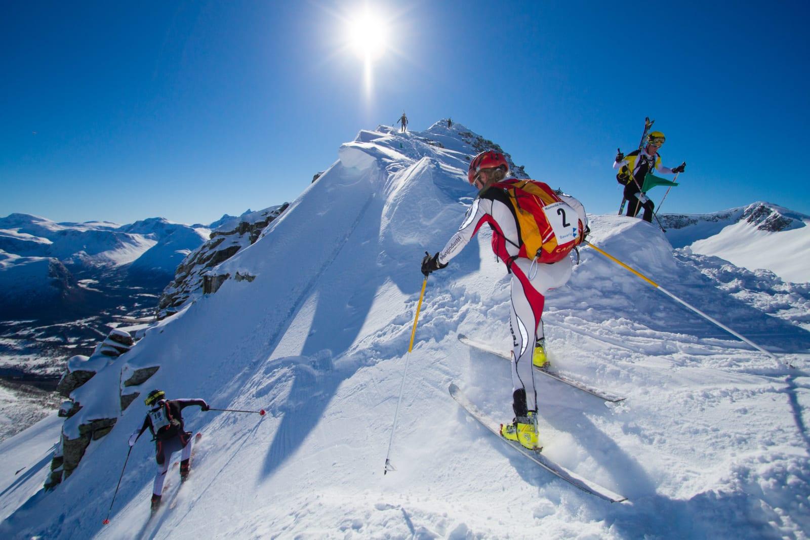KAPPLØP: Ski på sekk er obligatorisk på toppen av Galtåtind. Så går det bratt utfor ned mot Loftskardsetra. Foto: Daniel Kvalvik
