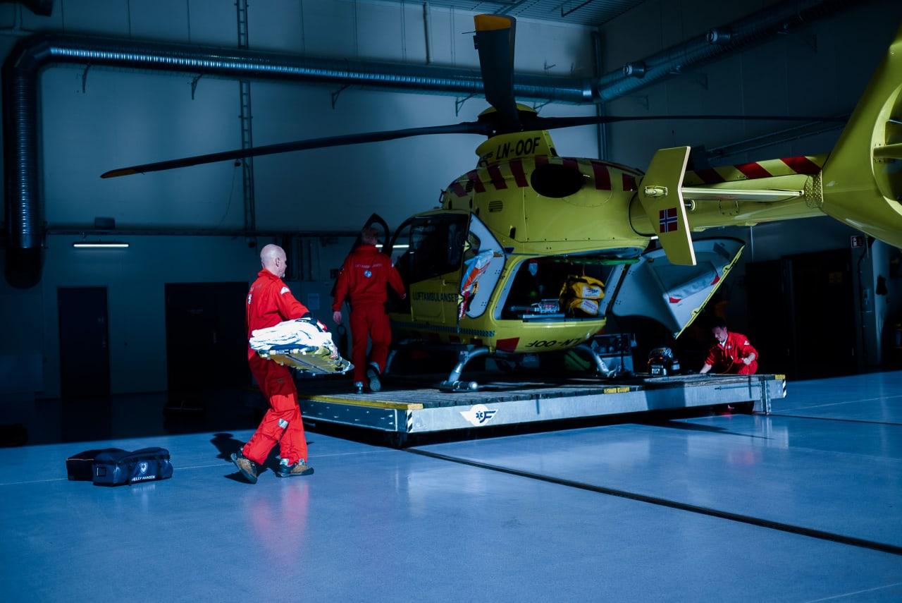 KLARGJØRING: Fra venstre Leknes, Svevad og lege Vingsnes pakker maskina til det neste oppdraget. Foto: Henning Reinton