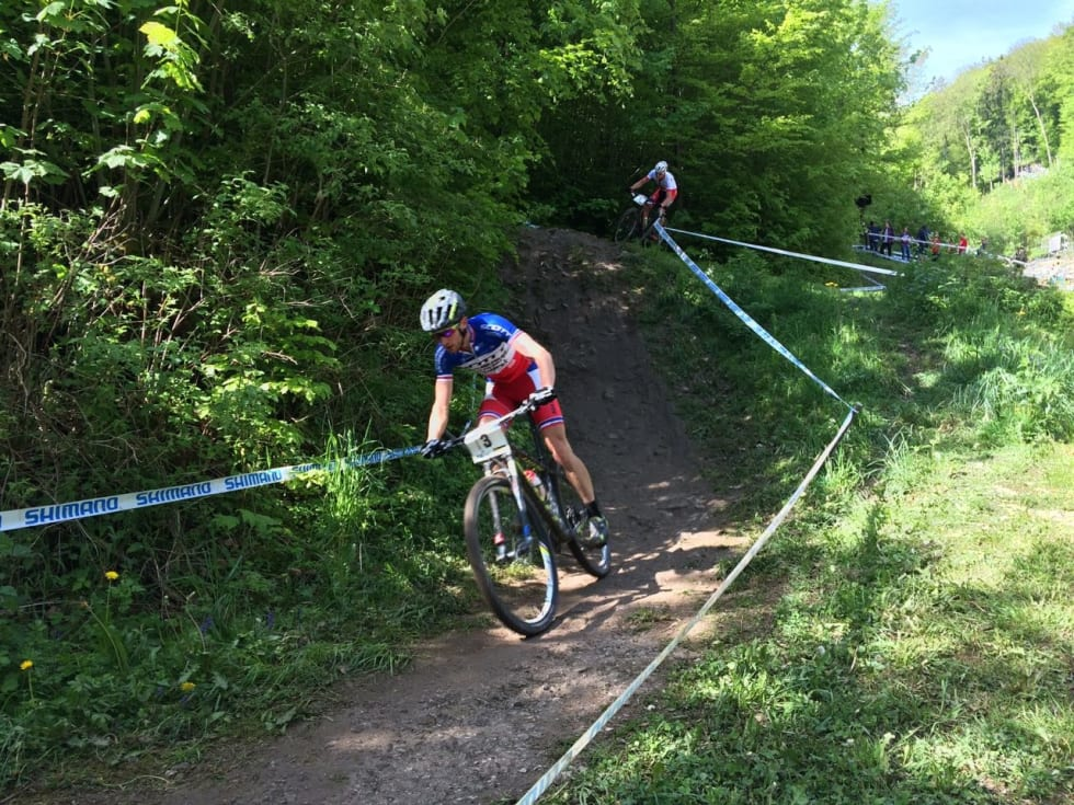 TOPP-DUELL: Titouan Carod og Sam Gaze kjempet en hard duell om seieren i Albstadt.