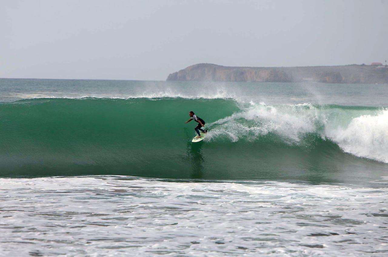VANNKRAFT: Algarves sørkyst våkner til liv når swellene blir riktig store. Det vet denne lokale karen som er i ferd med å gjøre seg klar for tuben. Foto: Thomas Kleiven