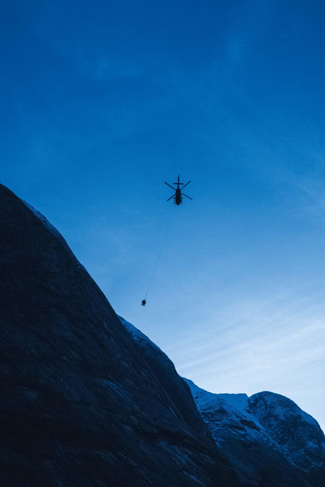 ØVELSE:Et medlem fra Sogn Alpine Redningsgruppe blir flydd opp til ei fjellhylle underhengende sammen med redningsmann Kjetil Leknes. Foto: Henning Reinton