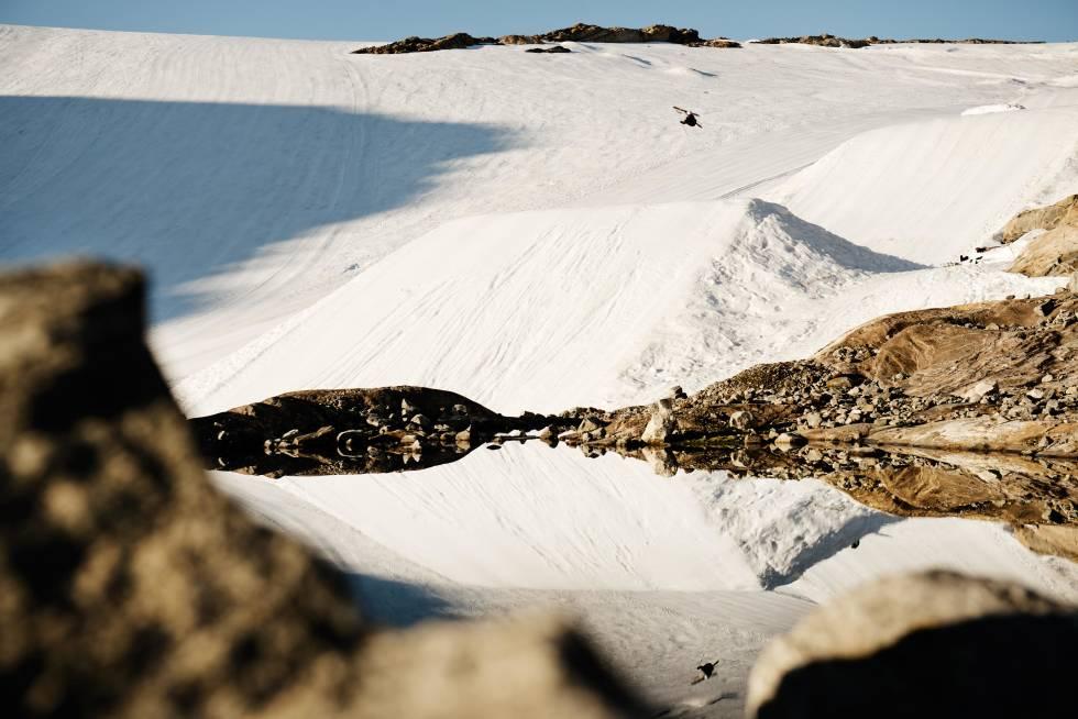 IKKE AKKURAT DRYSLOPE: Terrengparken på Fonna Glacier Ski Resort –som det så fint heter- er minst like bra som de beste vinterparkene. PC Fosse sjekker speilbildet av sin rodeo 5 for å kontrollere stilen. Foto: Martin Innerdal Dalen