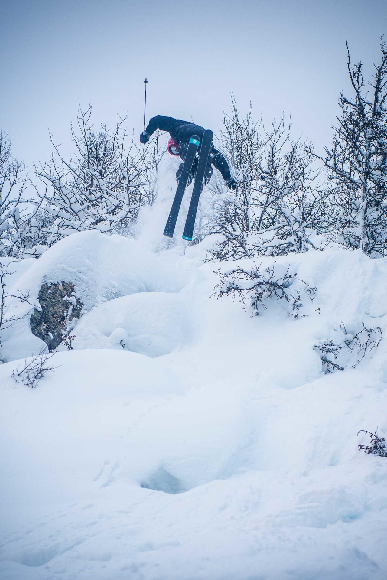 SKOTTE SPOTTER LANDINGA: Magnus Skotte Nørsteng leiker seg ut en av de mange småklippene som kom fram da skogen ble tynnet. Foto: Vegard Breie