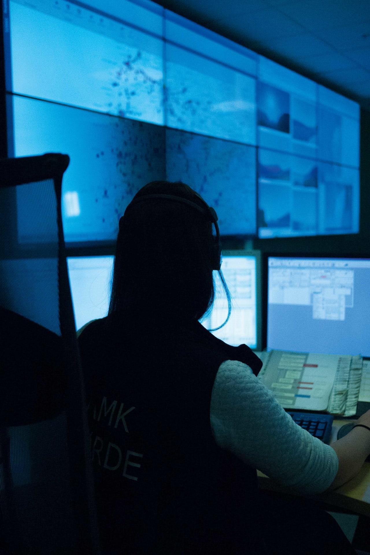 HOS AMK FØRDE: Fride Kirkebø jobber på AMK Førde. Kanskje er det hun som svarer om du en dag ringer 113. Foto: Henning Reinton