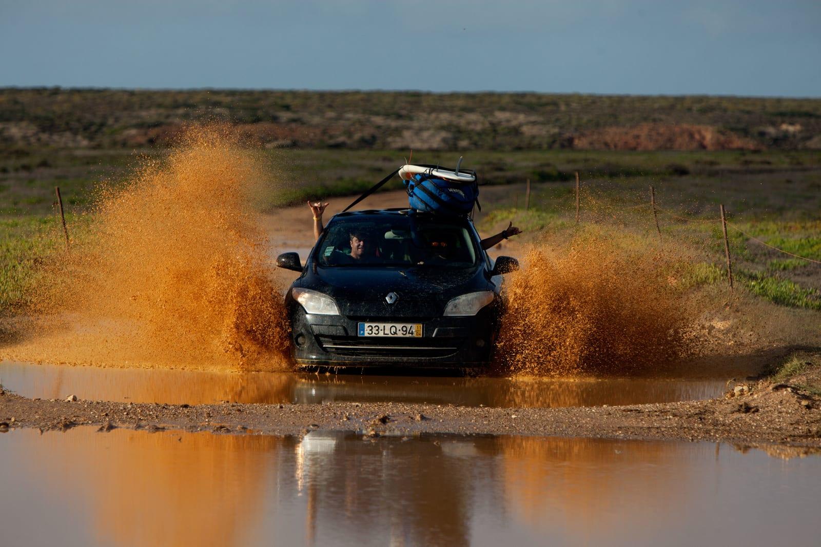 LIKSSOM-SUV: – Jeg viste ikke at det kunne regne så mye i Syden, sa Kris Arvesen (i passasjersetet) da han våknet opp i teltet etter en av få regntunge Algarve-netter. Like etterpå ble vestkystens virvar av grusveier saumfart for god surf. Steffen Holanger er sjåfør. Foto: Thomas Kleiven
