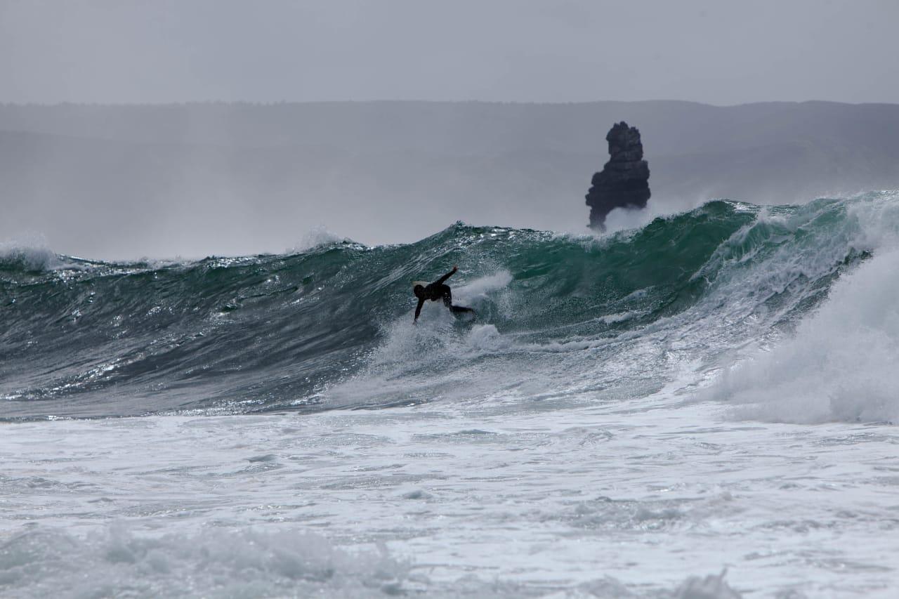 SOLID UNDERLAG: Selv på gråværsdager som dette gir Arrifanas reefbreak de besøkende surferne et minne for livet. Men pass deg for sterke strømmer og en kystlinje du ikke ønsker et ukontrollert sammenstøt med. Foto: Thomas Kleiven