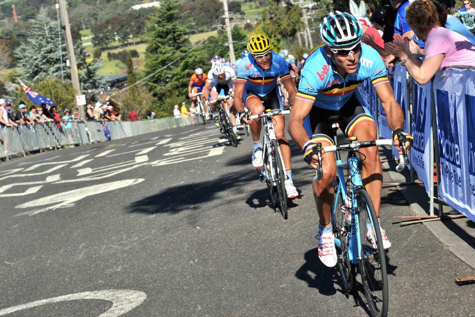 STØTER: Philippe Gilbert går til i den siste bakken, 11 kilometer fra mål. Foto: Cor Vos.