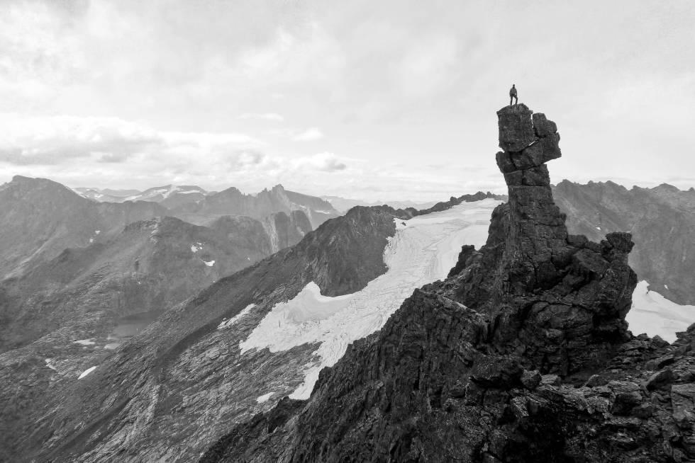 HAMMEREN: Å stå på Torshammeren i Romsdalen er virkelig en opplevelse – unik, spennende og ikke vanskeligere enn at de fleste klarer det med hjelp fra en guide. Foto: Knut Stefanussen