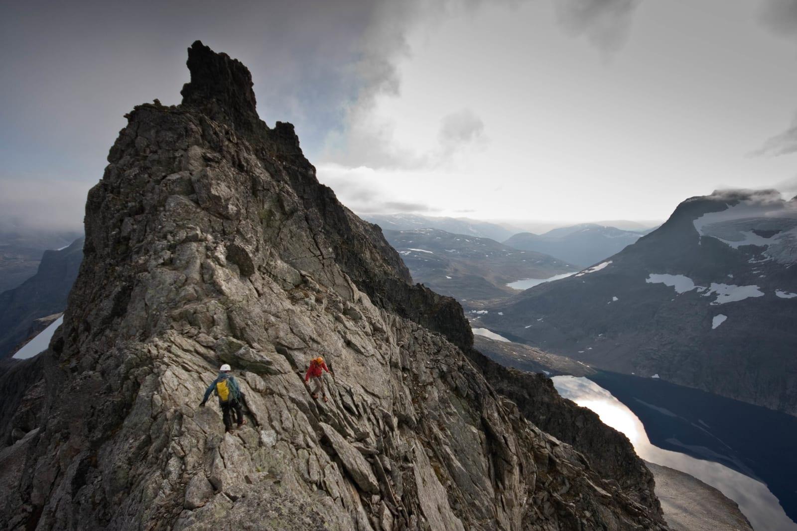 TRYGG PÅ RYGG: Nils Nielsen og Trygve Sunde Kolderup nærmer seg toppen på Kvanndalstind i Romsdalen – en av Norges  neste tinderagleturer. Foto: Matti Bernitz