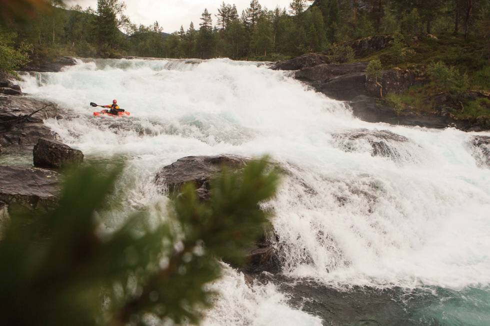 ØVERST: Det fins nydelig padling også oppstrøms for Mjølfjell, hvor en av Raundalselvas mest populære padleturer starter. Her er Tomass Marnics fra Latvia i aksjon i det første stryket. Foto: Benjamin Hjort