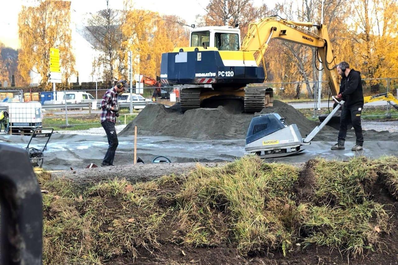 SLIK GJØRES DET: Du kan fint bygge en pumptrack selv, men skal det gjøres i et stort omfang er det beste å leie inn profesjonelle. Foto:Ove Grøndal.