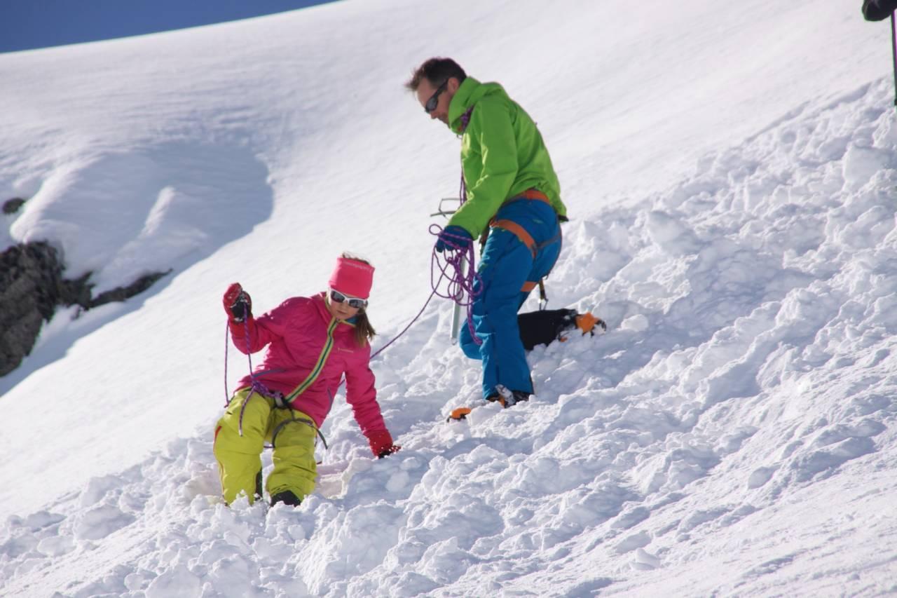 Pappa Eivind Eidslott og Gjendine på tur ned fra toppen på Kolåstind.
