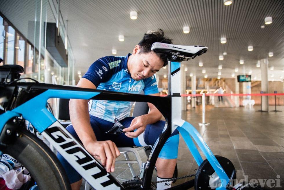 ALTMULIGMANN: King Lok Cheung fra Hong Kong China er utøver, mekaniker og trener i ett.