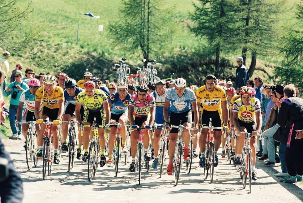 SKALLEBANK: Laurent Fignon, Franco Ballerini, Greg Lemond og Mario Cipollini er noen av rytterne på bildet med pølsehjelmer. Foto: Commons.