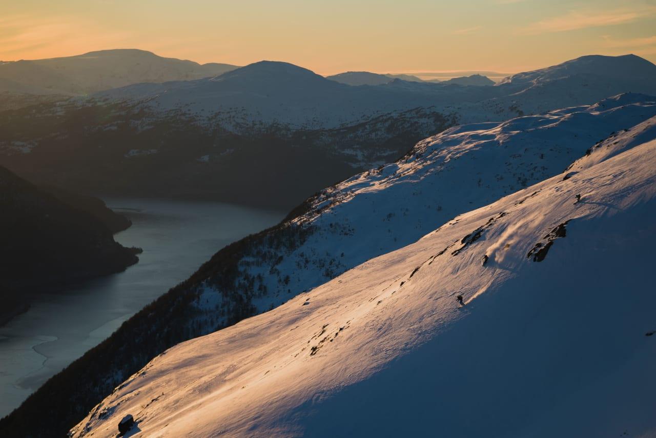 SKILEIK: Etter avstiging ligg snøen for dine føter. Me tok fellane fatt og leika i fjellsidene heilt til me fylgde dei seiste solstrålane ned att. Foto: Bård Basberg