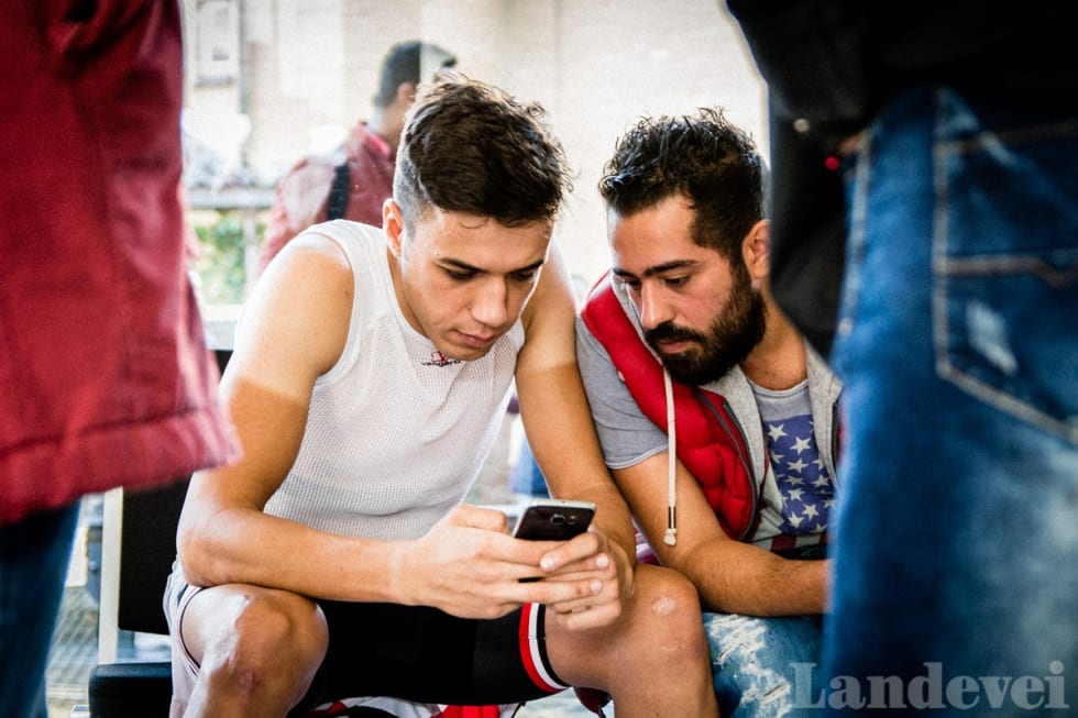 SJEKKER MOBILEN: Nazir Jaser er som andre tjueåringer. Han sjekker mobilen i ett kjør.