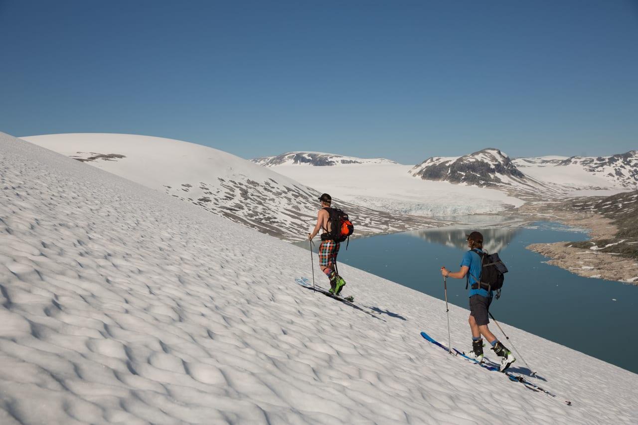 VARMT: Ivar Løvik (i baris) og Vegard Byrkjeland Aasen på vei opp til det heisfrie sommerskisenteret i Jostedalen i august 2015. Foto: Håvard Nesbø