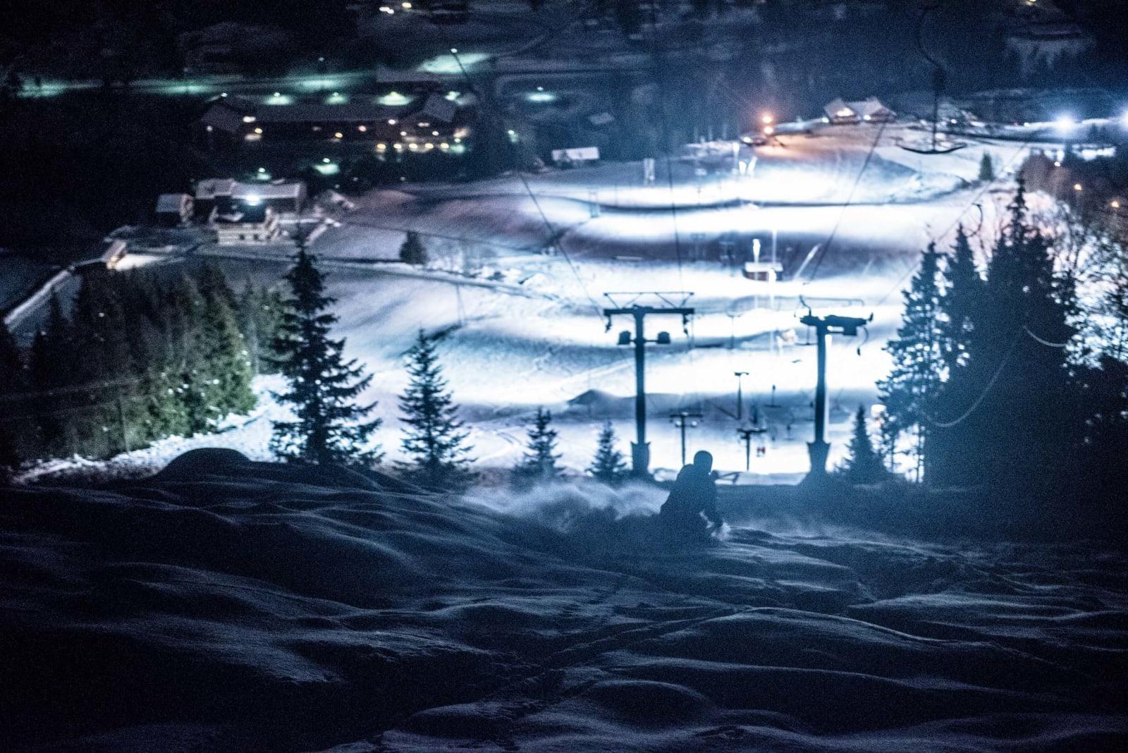 ÅL INN: Anders Backe koster på under heisen i Ål skisenter. Til venstre den berømte løypa «Kula». Foto: Vegard Breie
