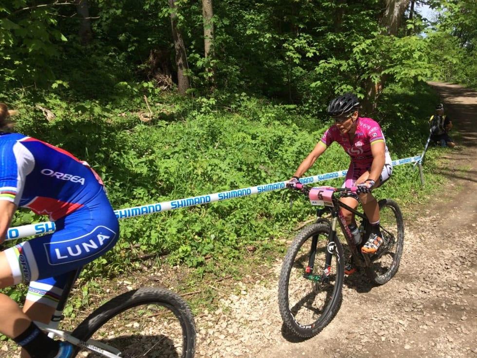 VETERAN-KAMP: Catherine Pendrel og Sabine Spitz kjempet en hard kamp om pallen. Spitz måtte til slutt ta til takke med fjerdeplass.