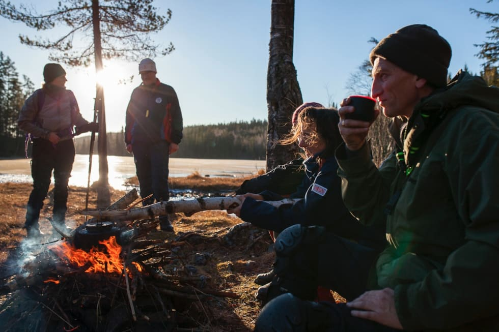 KVALITETSTID: Det er alltid bålpause på skøytetur, blir vi forklart.Fra venstre: Pollyanna von Knorring, Christoffer Biong, Gisela Attinger og Terje Johnsen.