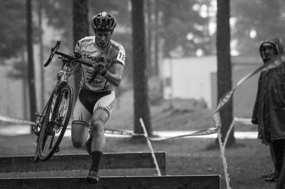 BØTELAGT: Truls Veslum, Asker CK, var en av mastersyklistene som fikk bot for manglende startnummer. Her fra Grenlandskross, med korrekt startnummer. Foto: Per-Eivind Syvertsen.