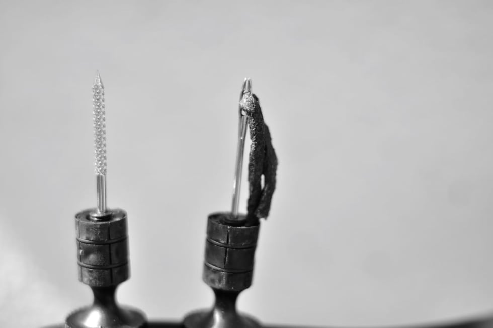 HELE PAKKA: Syl, gaffel og gummiorm må jobbe sammen. Det følger med fem ormer i pakka.