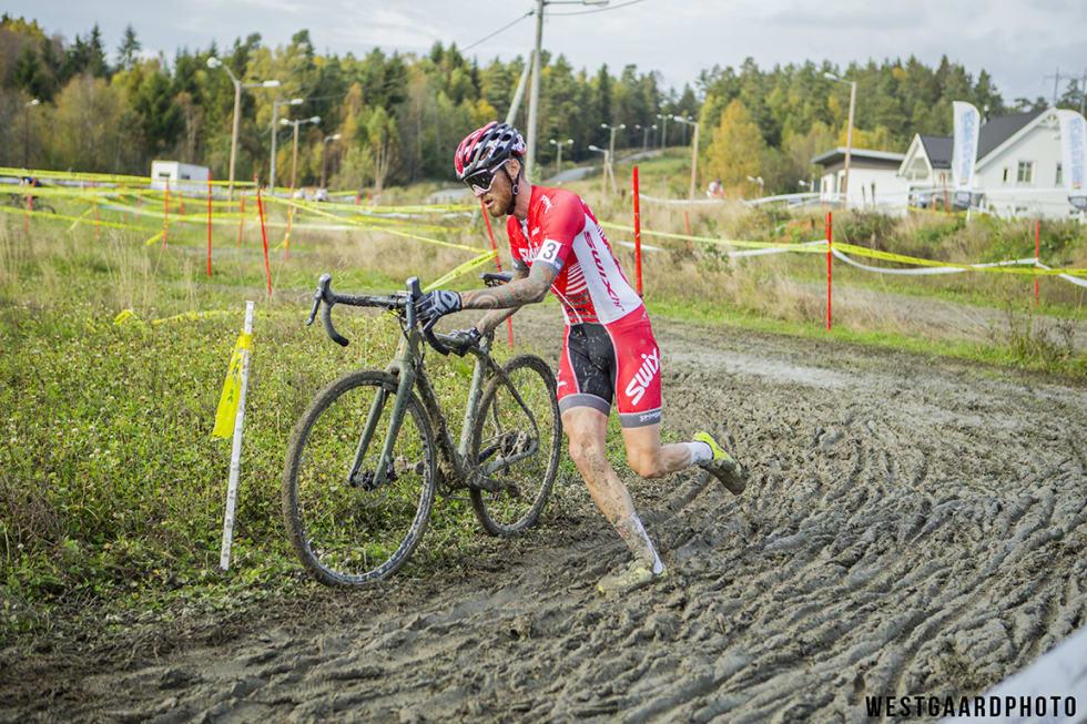 IKKE BOT: Morten Vaeng ble ikke bøtelagt under Spikkestadkross for tilpasset startnummer. Han irriterer seg kraftig over dommernes prioriteringer.