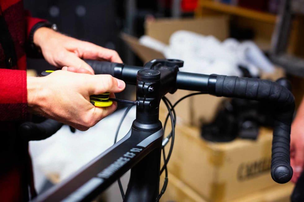 Med litt varsom behandling slipper du kanskje å justere styrelageret når du monterer sykkelen igjen, men sjekk for å være på den sikre siden.